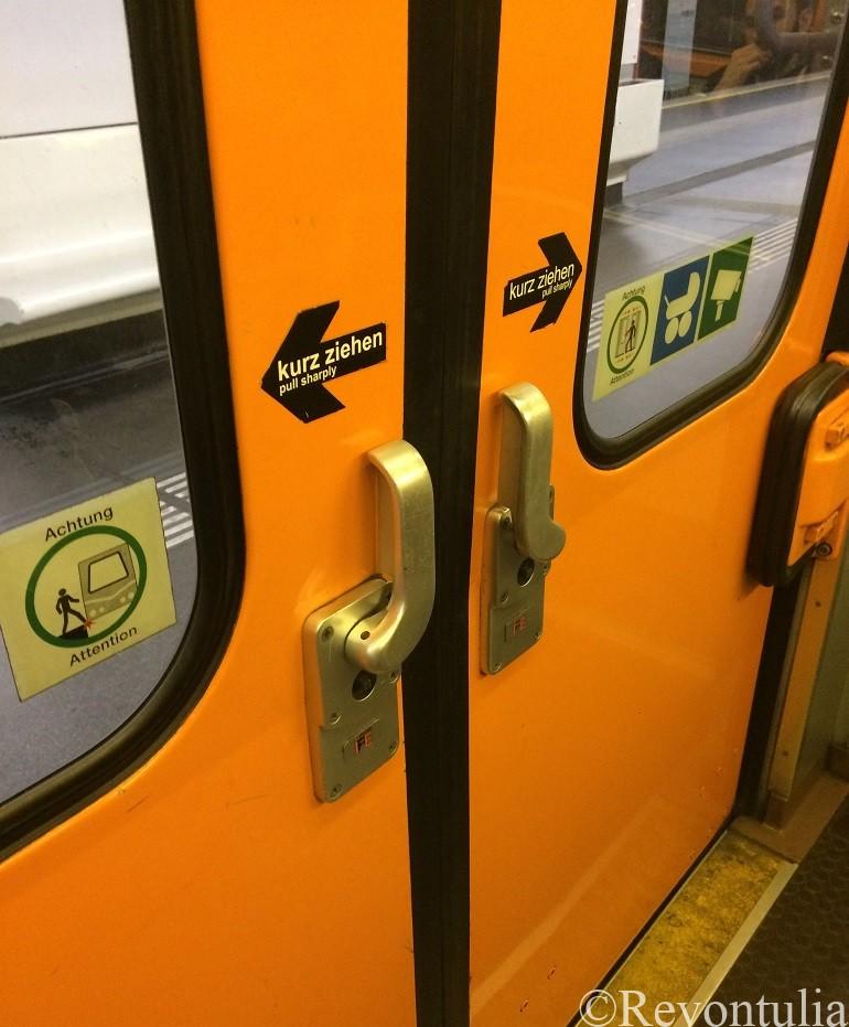 ウィーンの電車のドア