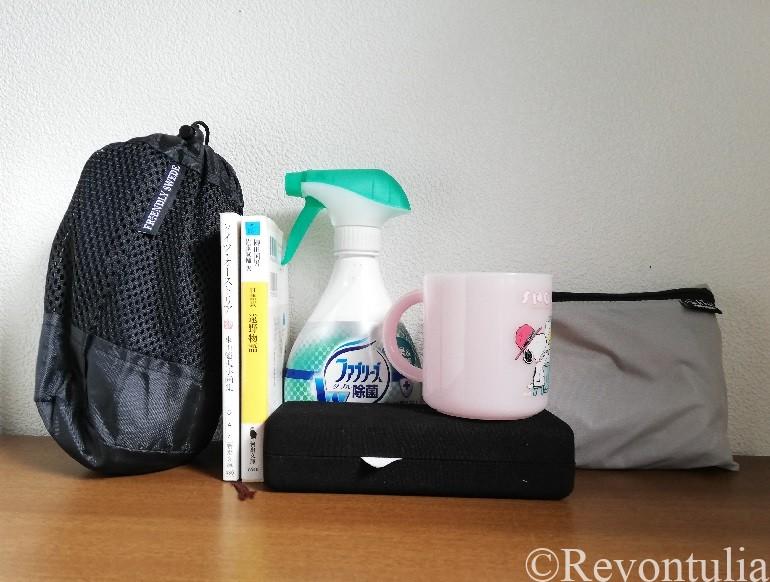 袋に入れた旅行用速乾タオルのサイズを比べた写真