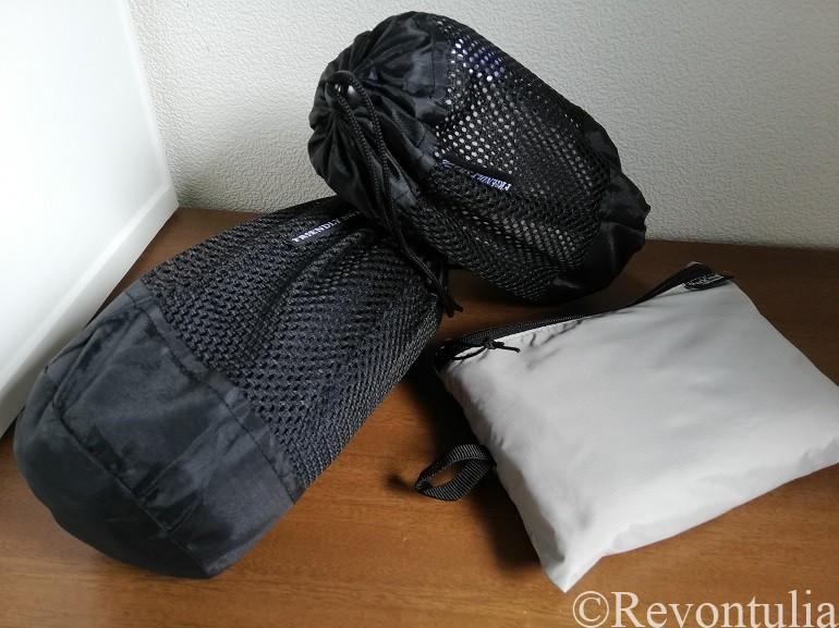 袋に入れた旅行用速乾タオルの写真