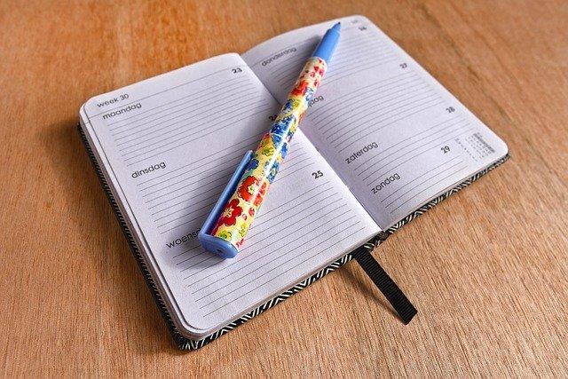ボールペンと手帳の写真