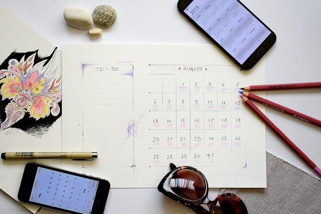 スケジュール帳とスマホの写真