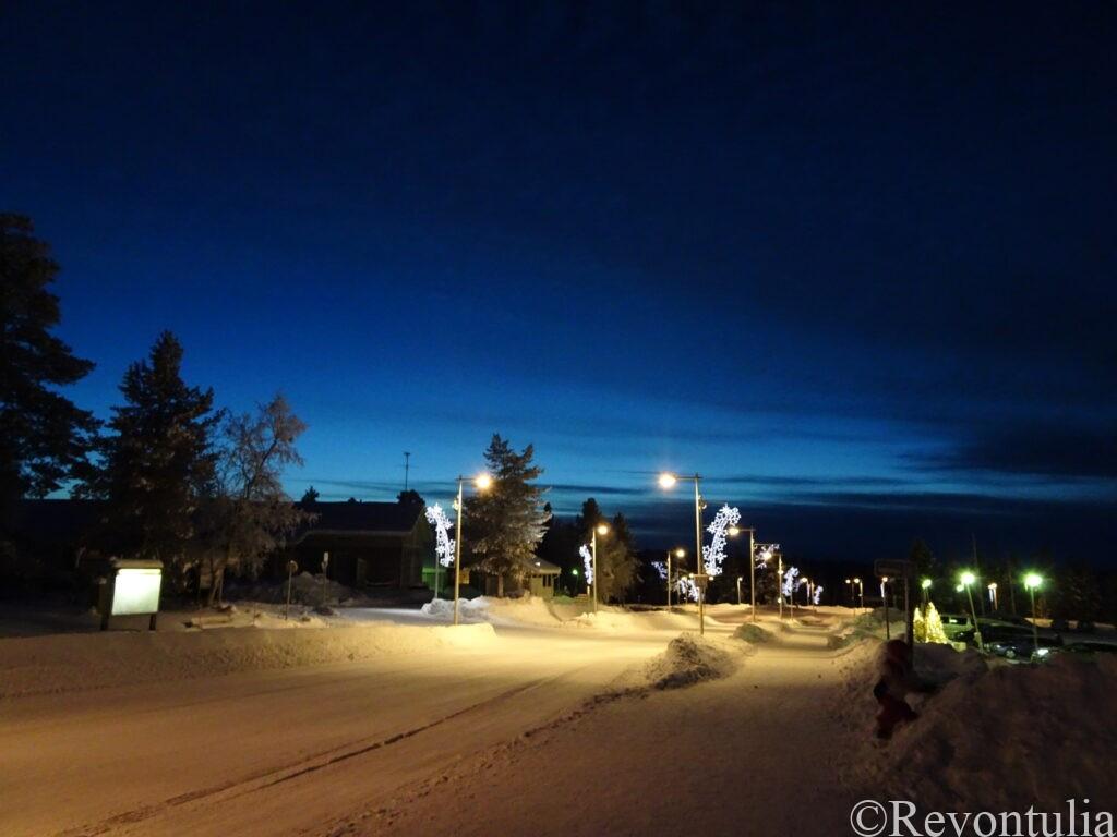 夜のサーリセルカの道